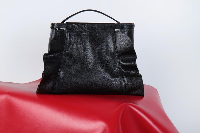 Стильная сумка с рюшами из кожи - Фото 2