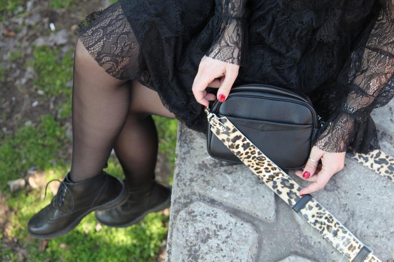 Кожаная сумка кроссбоди с леопардовым ремешком