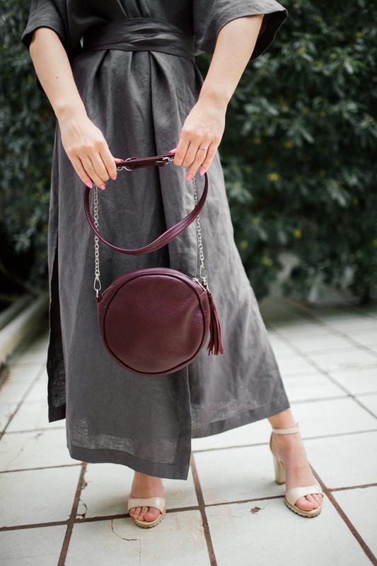 Круглая кожаная сумка с кисточкой (марсала), кроссбоди из нату... - Фото 2