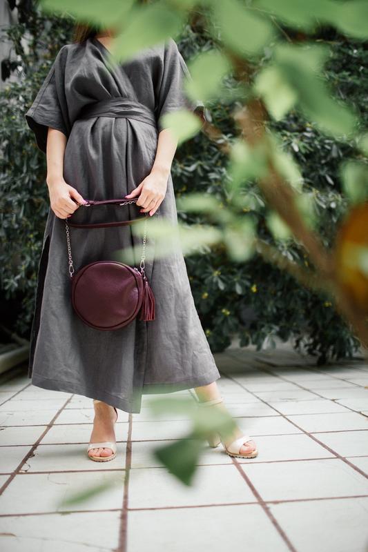 Круглая кожаная сумка с кисточкой (марсала), кроссбоди из нату... - Фото 3