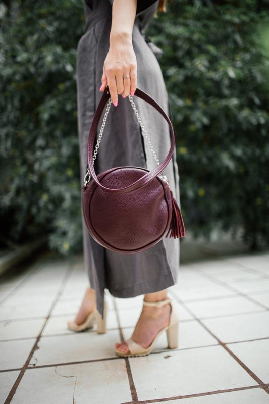 Круглая кожаная сумка с кисточкой (марсала), кроссбоди из нату... - Фото 4