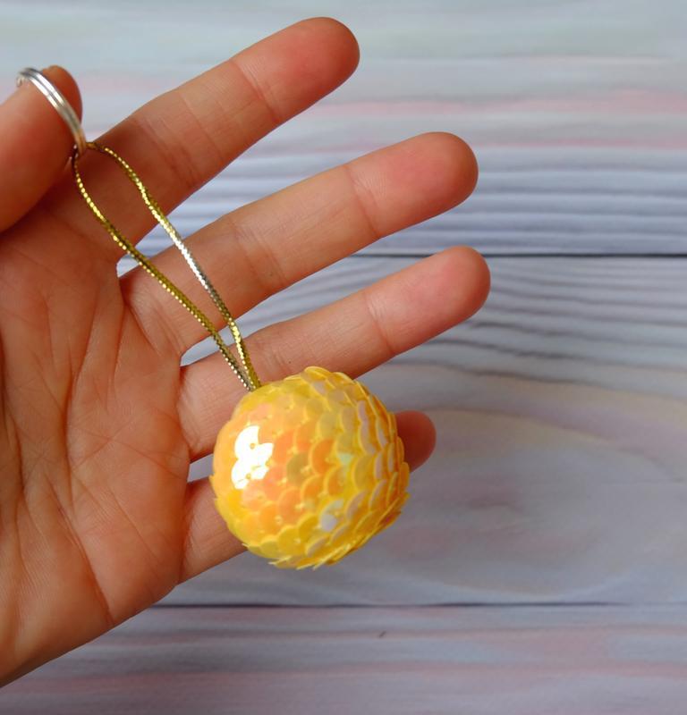 Брелок-подвеска, шарик из пайеток, желтый - Фото 2