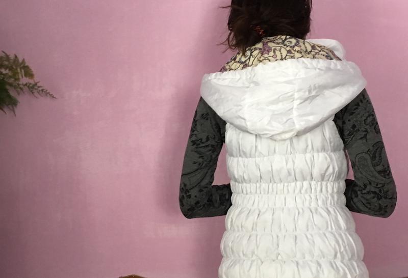 Жилетка белая прошитая на замке с капюшоном - Фото 3