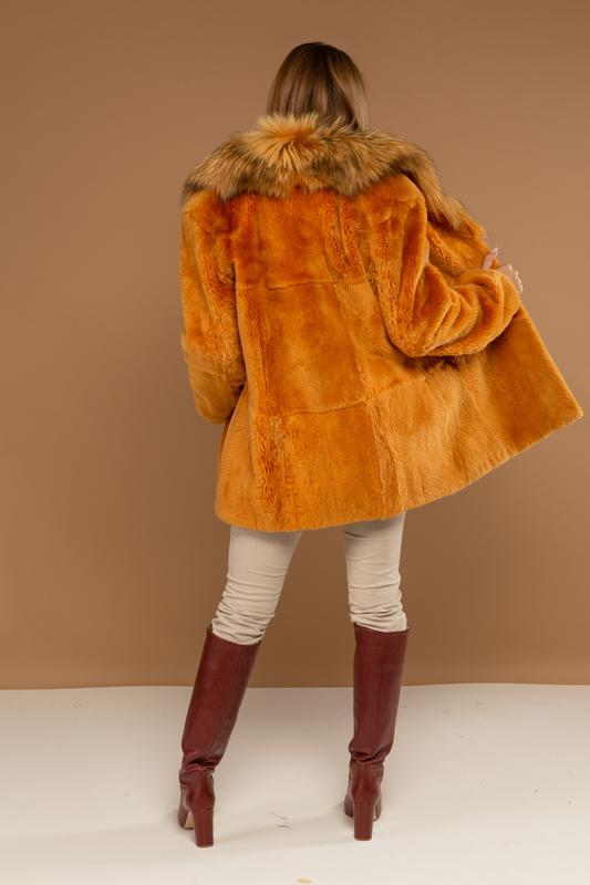 Яркий стильный полушубок из меха нат канадского бобра и черноб... - Фото 2