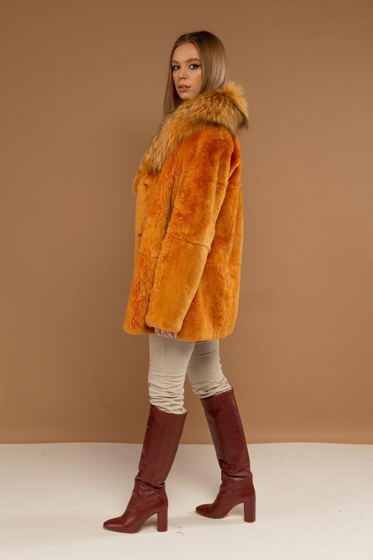 Яркий стильный полушубок из меха нат канадского бобра и черноб... - Фото 4