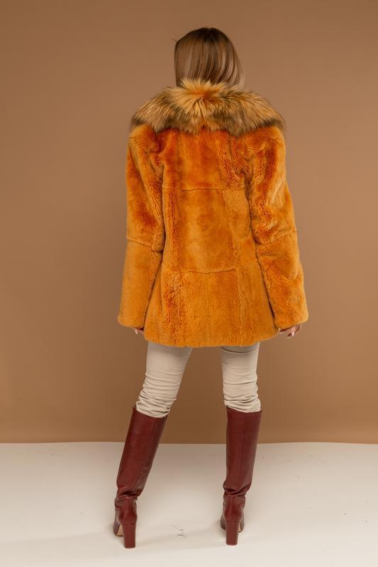 Яркий стильный полушубок из меха нат канадского бобра и черноб... - Фото 6