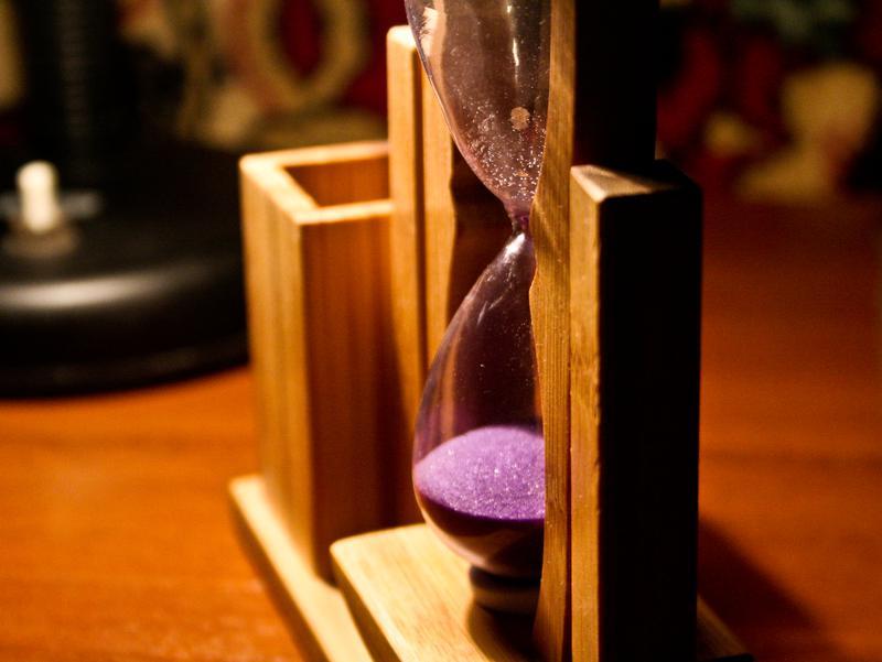 Деревянная подставка для ручек «Песочные часы» - Фото 3