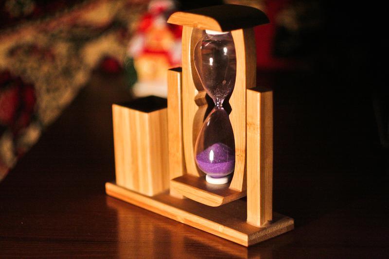 Деревянная подставка для ручек «Песочные часы»