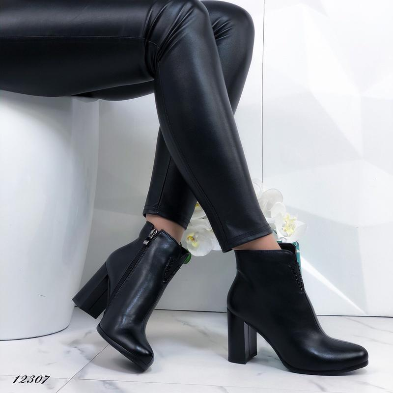 Ботильоны женские черные на каблуке - Фото 2