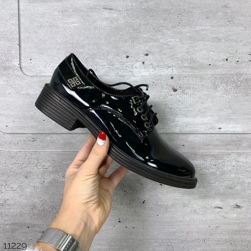 Лаковые туфли броги на низком каблуке,чёрные лакированные туфл...