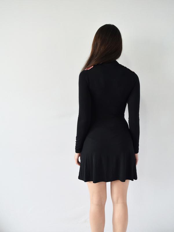Платье с нашивками boohoo - Фото 3