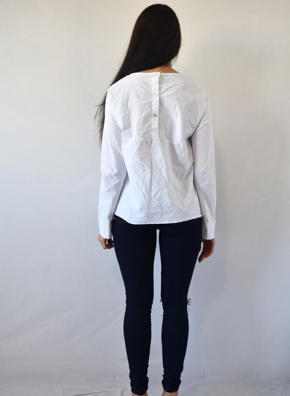 Блузка  с нашивкой - Фото 3