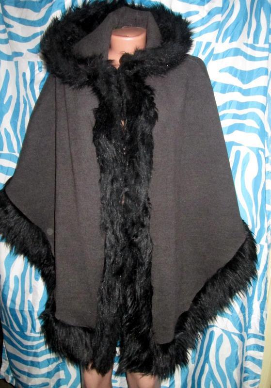 Теплое шерстяное пончо с капюшоном