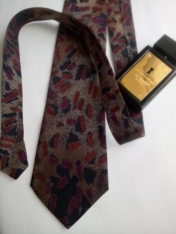 Стильный галстук в актуальный принт