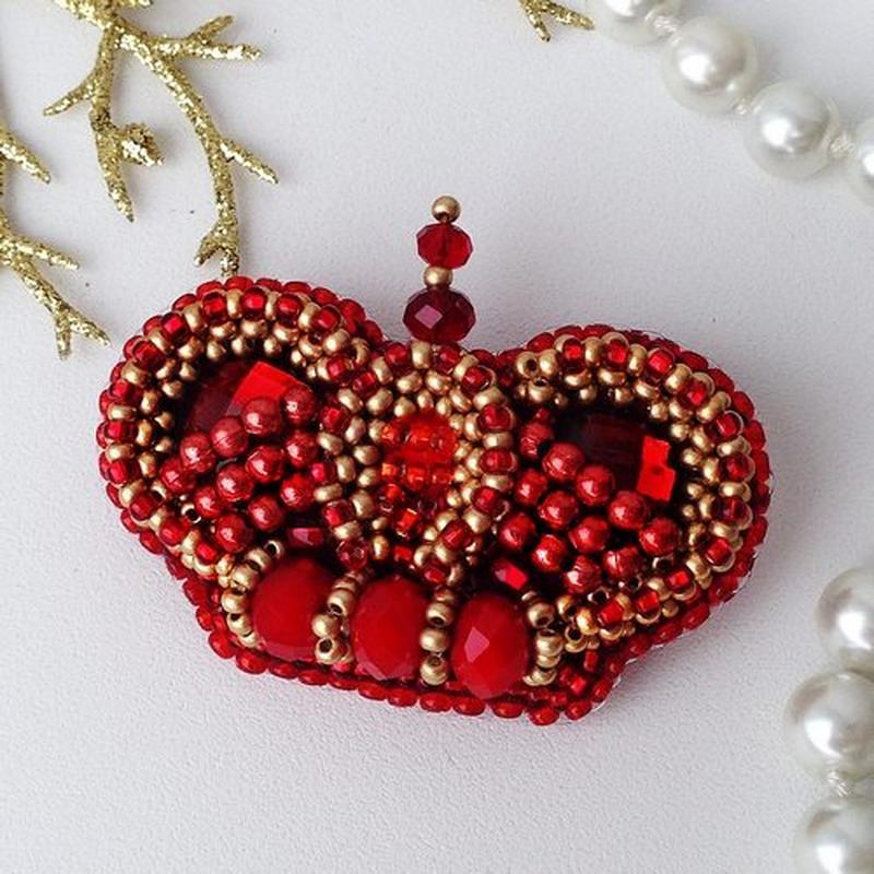 Красная брошь корона ручная работа