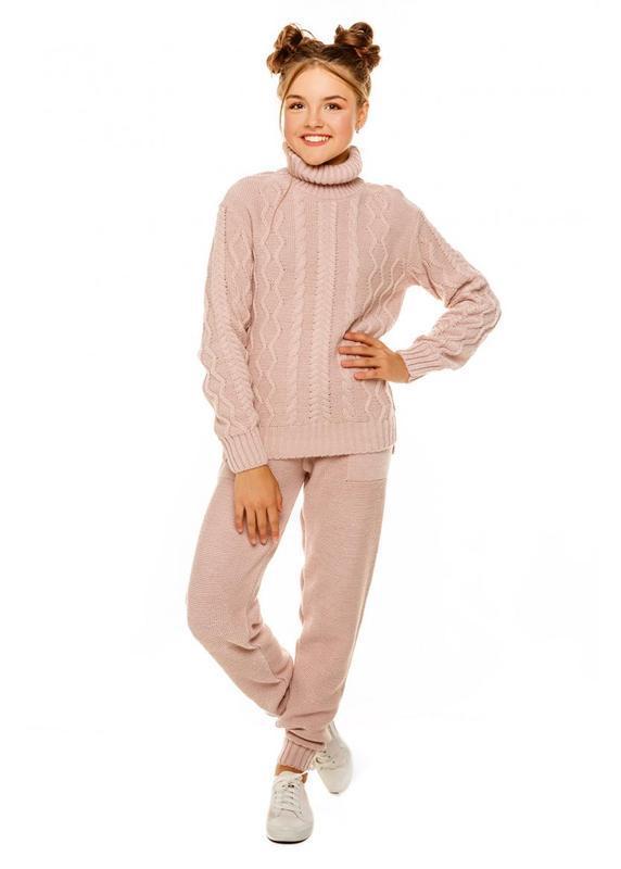 Стильный вязаный костюм для девочки