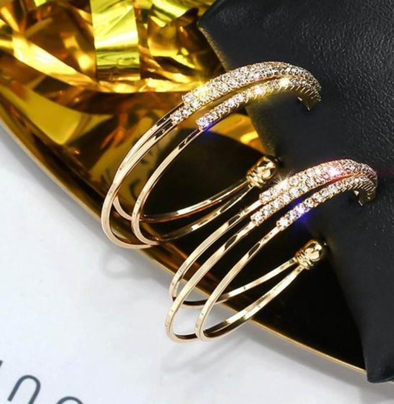 Серьги кольца в стразах золотистого цвета - Фото 2