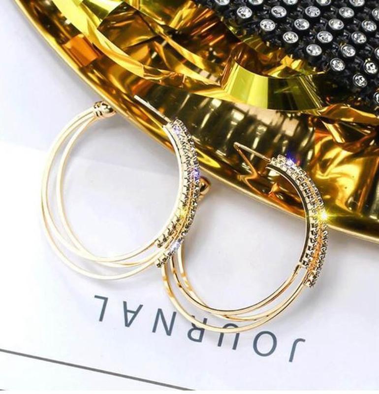 Серьги кольца в стразах золотистого цвета - Фото 3