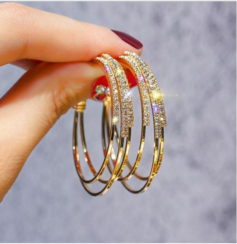 Серьги кольца в стразах золотистого цвета - Фото 4