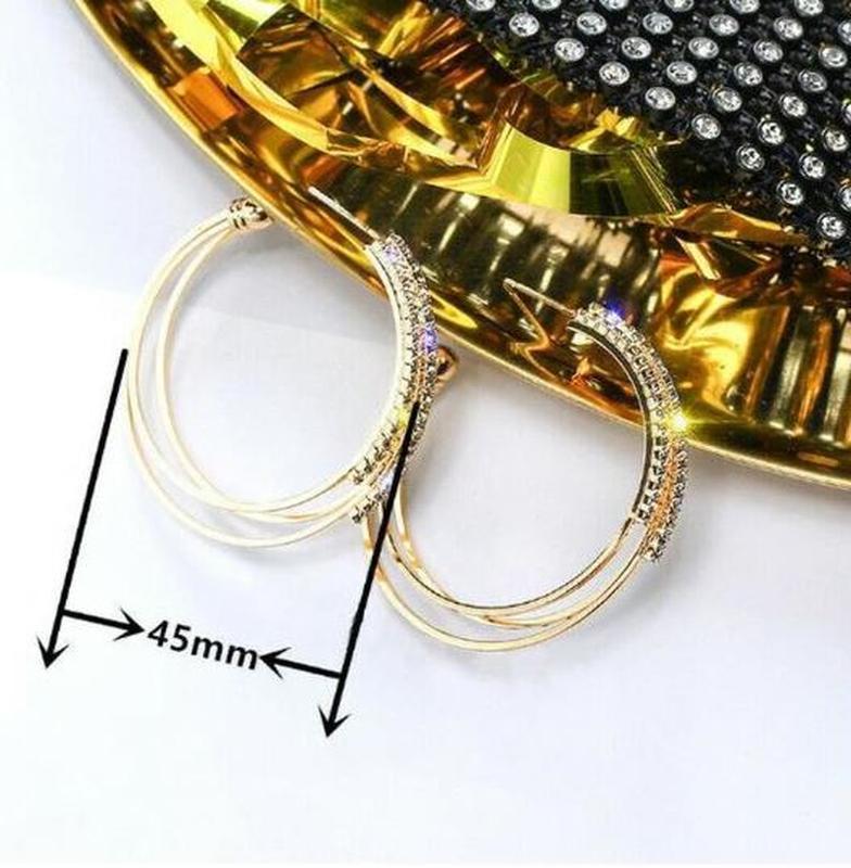 Серьги кольца в стразах золотистого цвета - Фото 5
