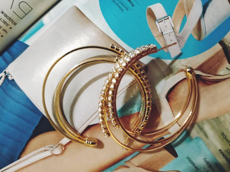 Серьги кольца в стразах золотистого цвета - Фото 6