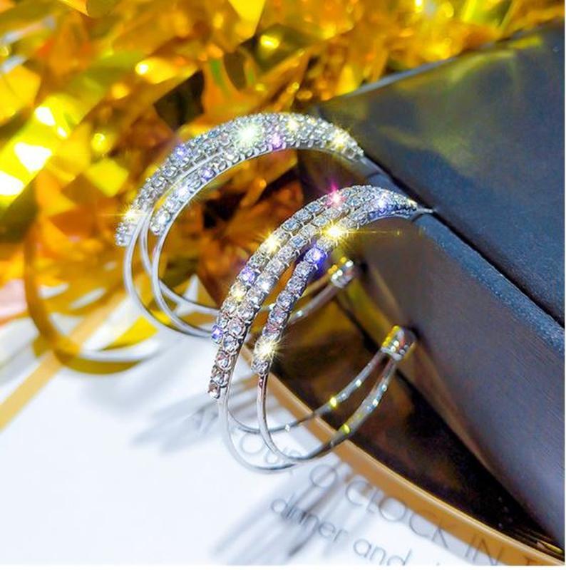 Серьги кольца в стразах серебристого цвета - Фото 3