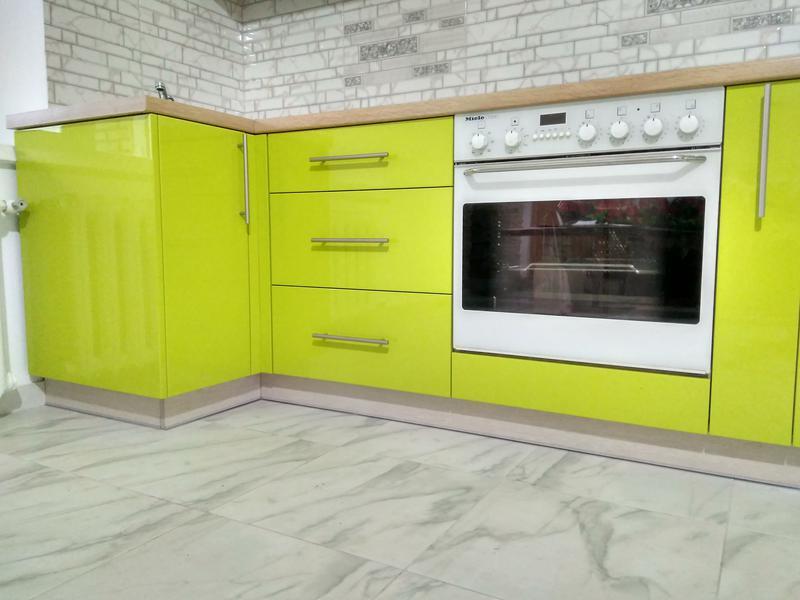 Кухня з вбудованою технікою.