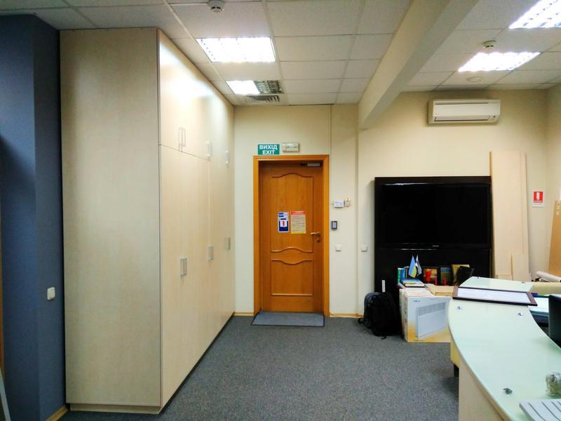 Стінка меблева в прихожій офісу. Шафа.