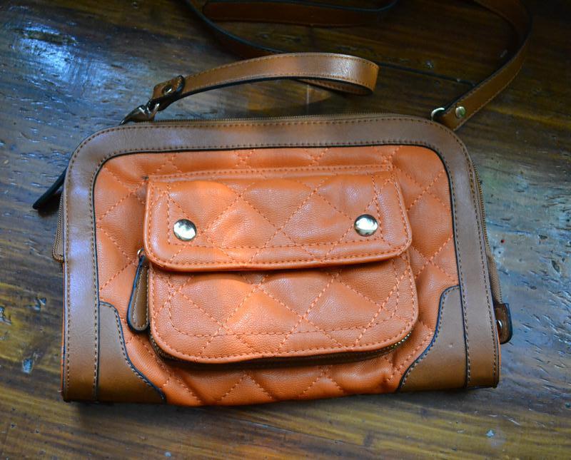 Классная , стильная сумочка, клатч в трендовом цвете.