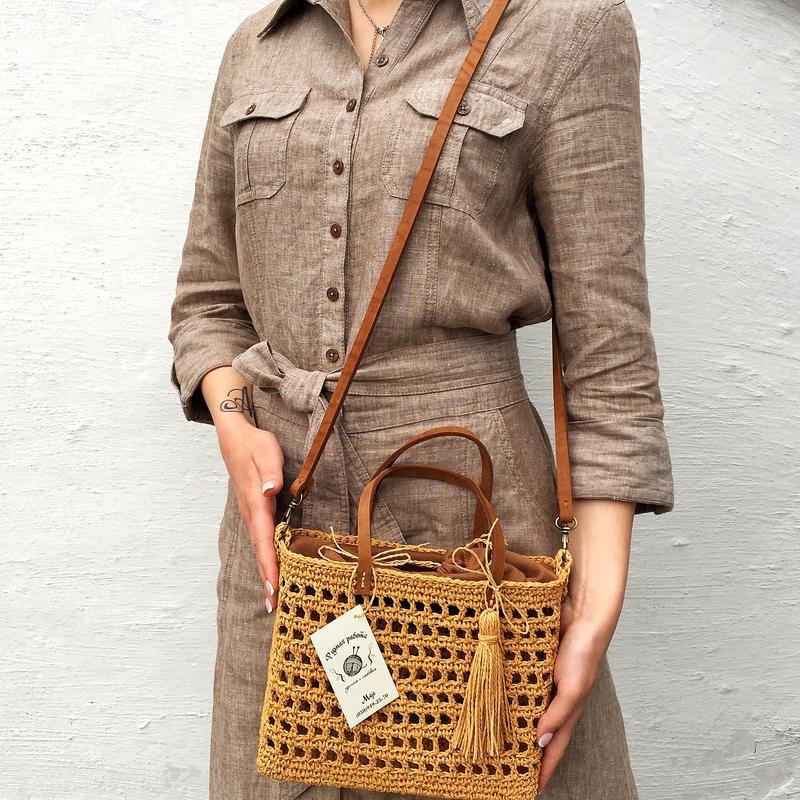Плетеная летняя сумка. сумочка из рафии с кожаным ремешком