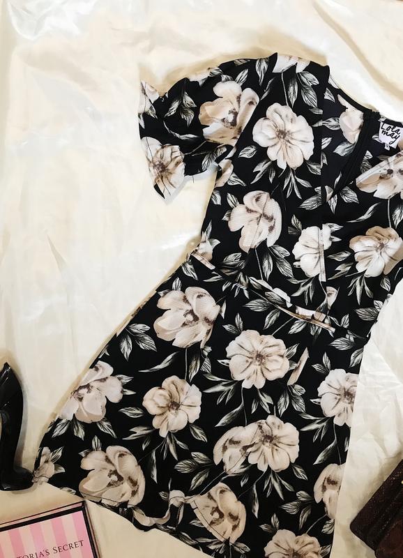 Шикарное актуальное платье на запах в цветочный принт - Фото 2