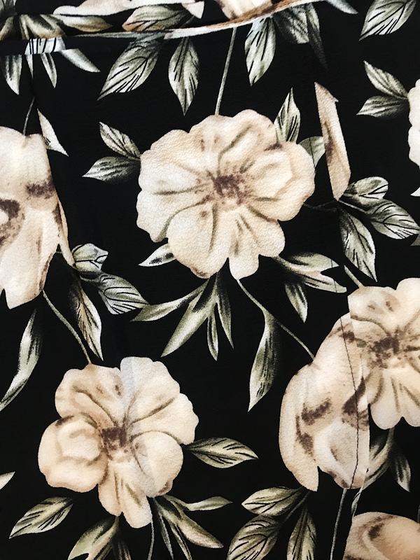 Шикарное актуальное платье на запах в цветочный принт - Фото 3