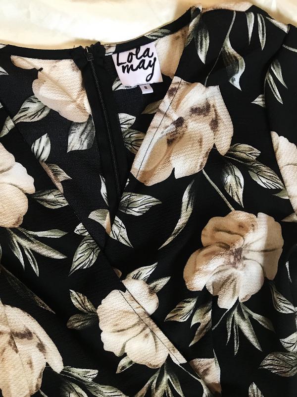 Шикарное актуальное платье на запах в цветочный принт - Фото 4