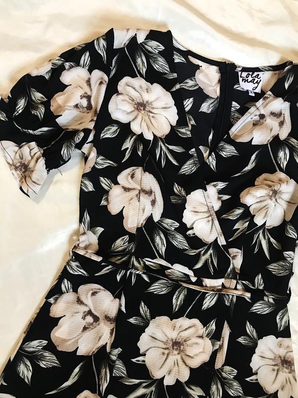 Шикарное актуальное платье на запах в цветочный принт - Фото 5
