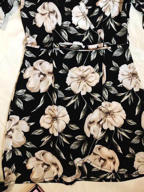 Шикарное актуальное платье на запах в цветочный принт - Фото 6