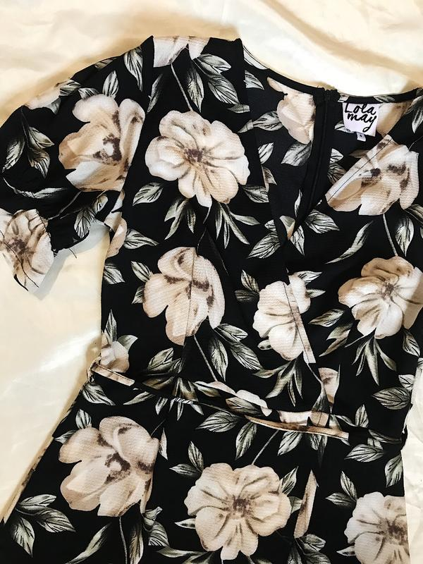 Шикарное актуальное платье на запах в цветочный принт - Фото 7