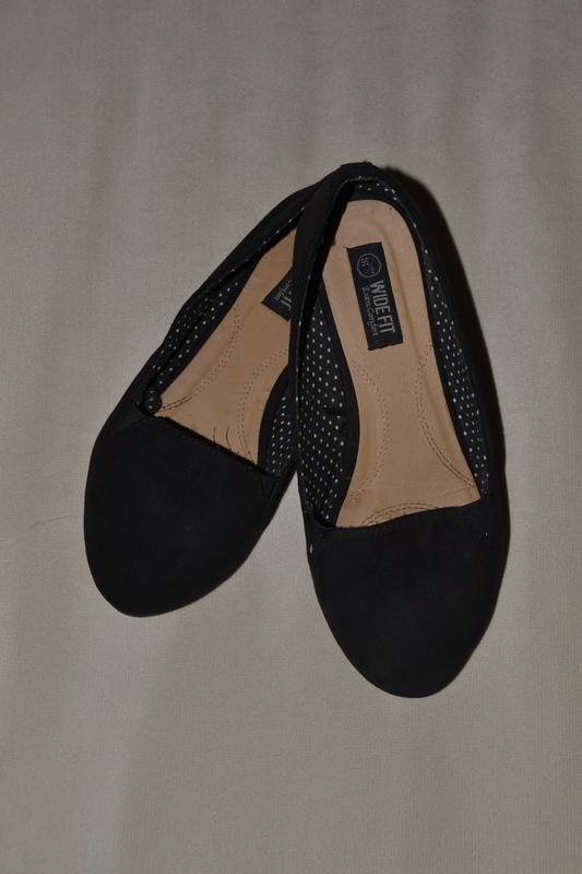 Большой выбор обуви разных размеров и фасонов балетки