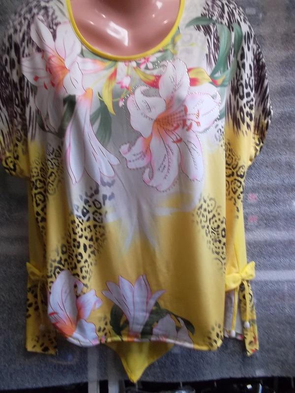 Нарядная летняя блузка ярко-желтого цвета в цветочный принт