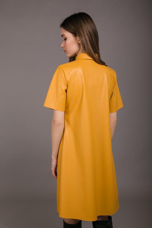 Актуальное платье экокожа с карманом кожзам - Фото 3