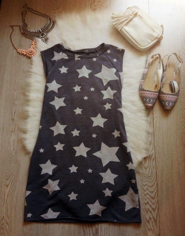 Серое спортивное платье свитшот с белыми звездами прямое корот...