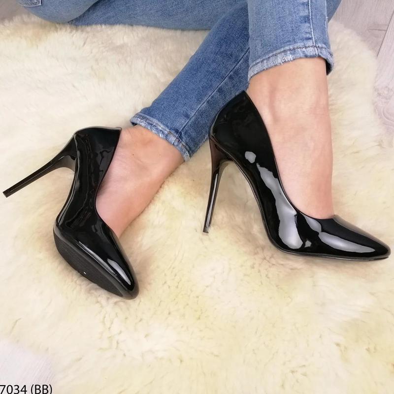 Черные лаковые туфли на каблуке - Фото 2