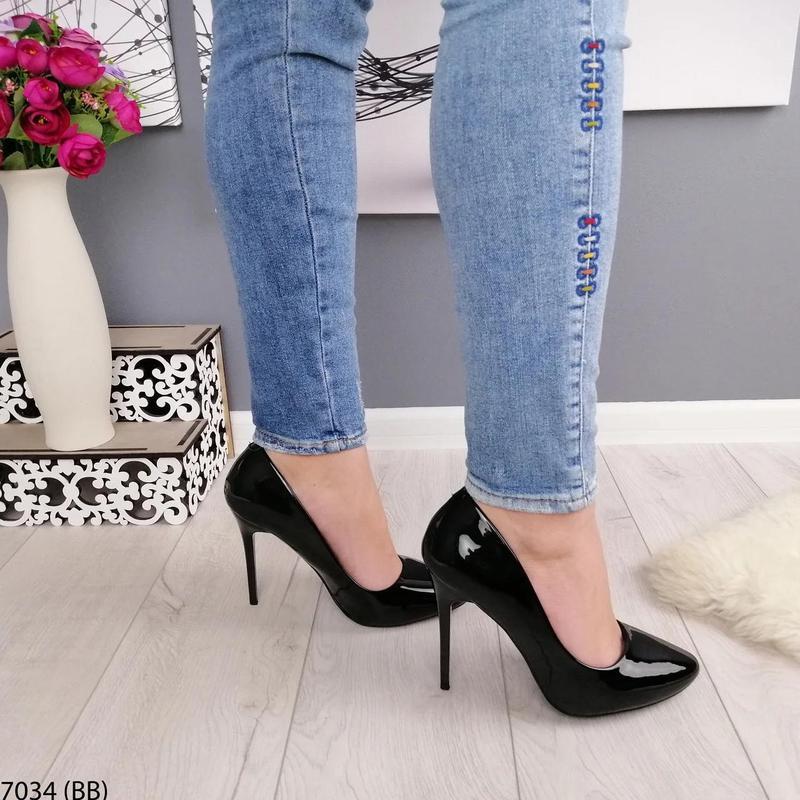 Черные лаковые туфли на каблуке - Фото 3