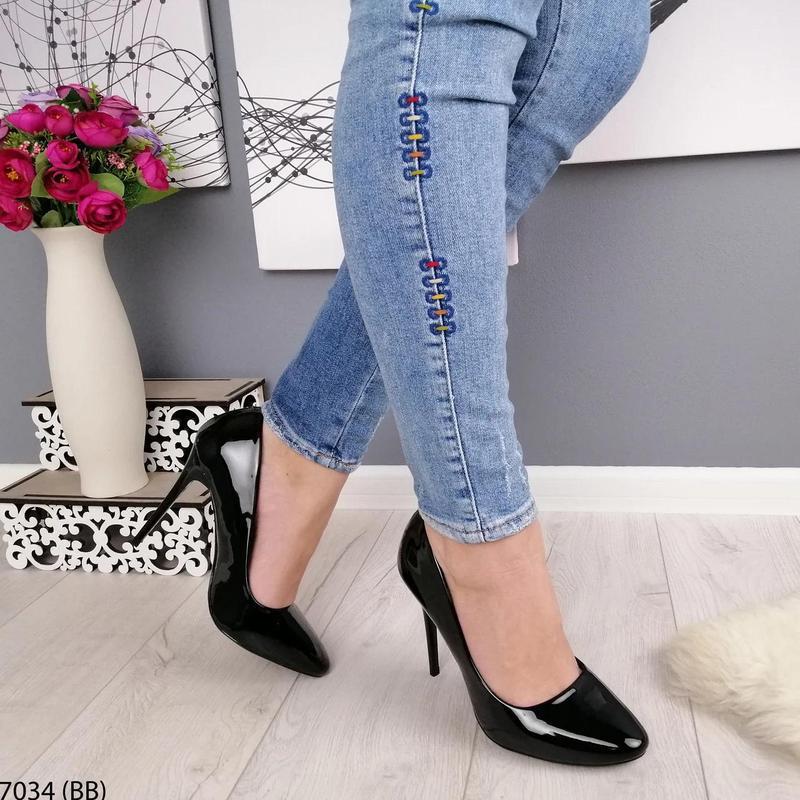 Черные лаковые туфли на каблуке - Фото 4