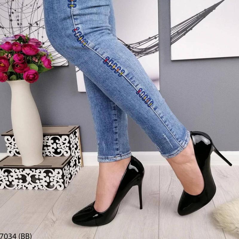 Черные лаковые туфли на каблуке - Фото 5