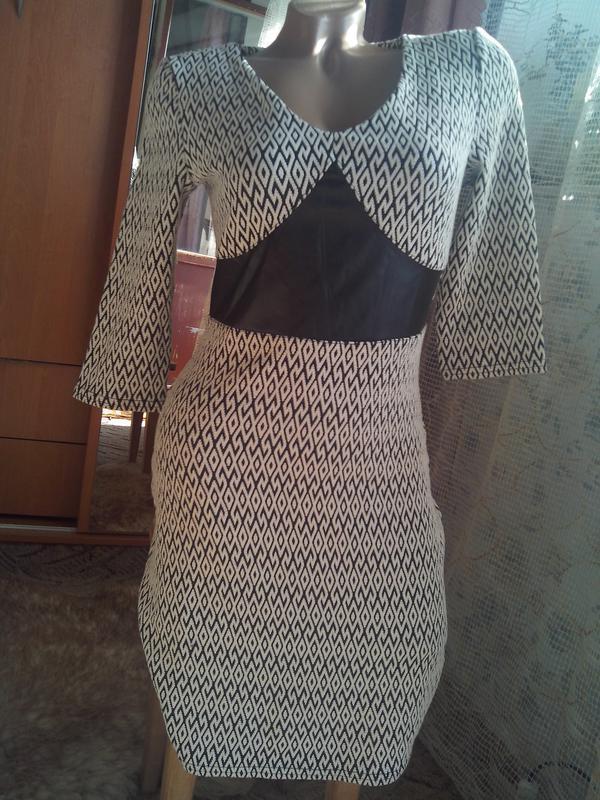 Стильное платье-миди из рифлёного трикотажа со вставками из эк...