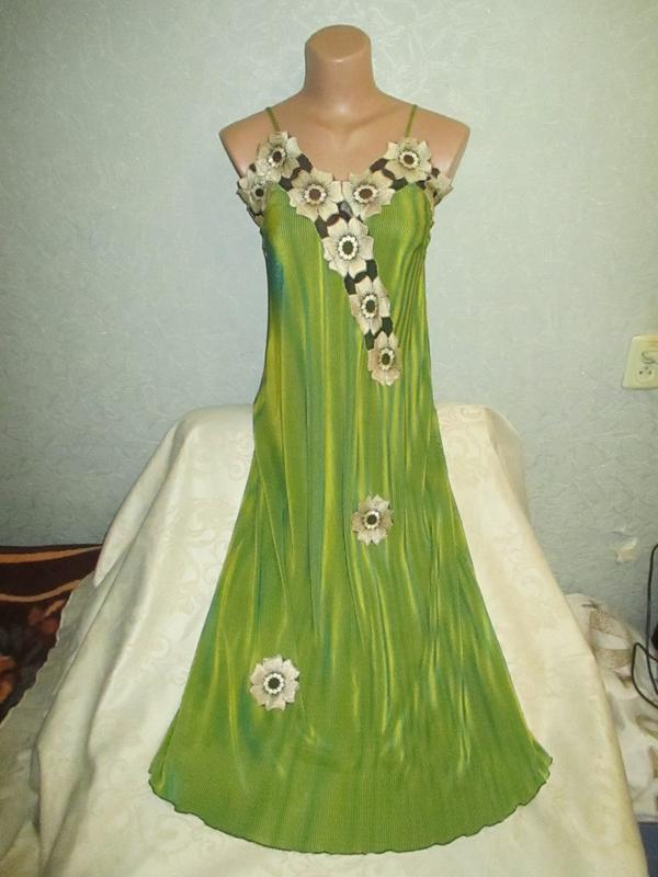 Эффектное платье-миди с аппликацией
