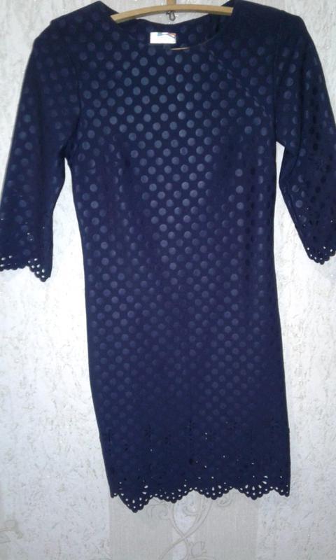 Изысканное платье в горошек с перфорацией от arizzo