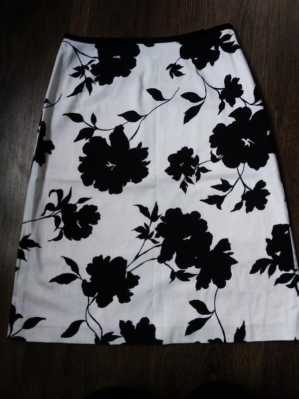 Стильная белая юбка-миди в чёрные цветы от principles petite