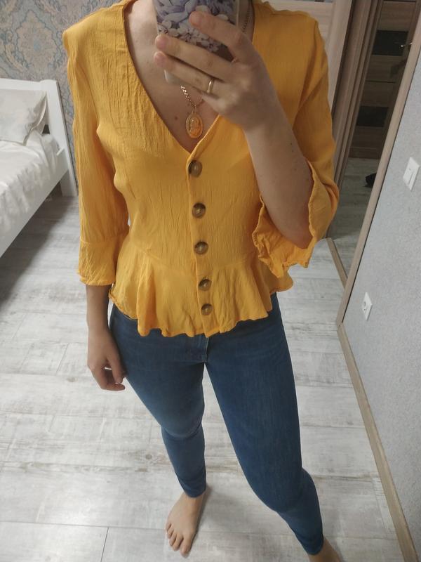Красивая блуза с актуальными рукавами сочного желтого цвета