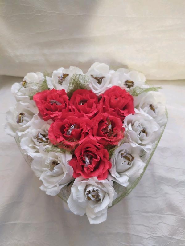 Сердце из роз с конфетками - Фото 4
